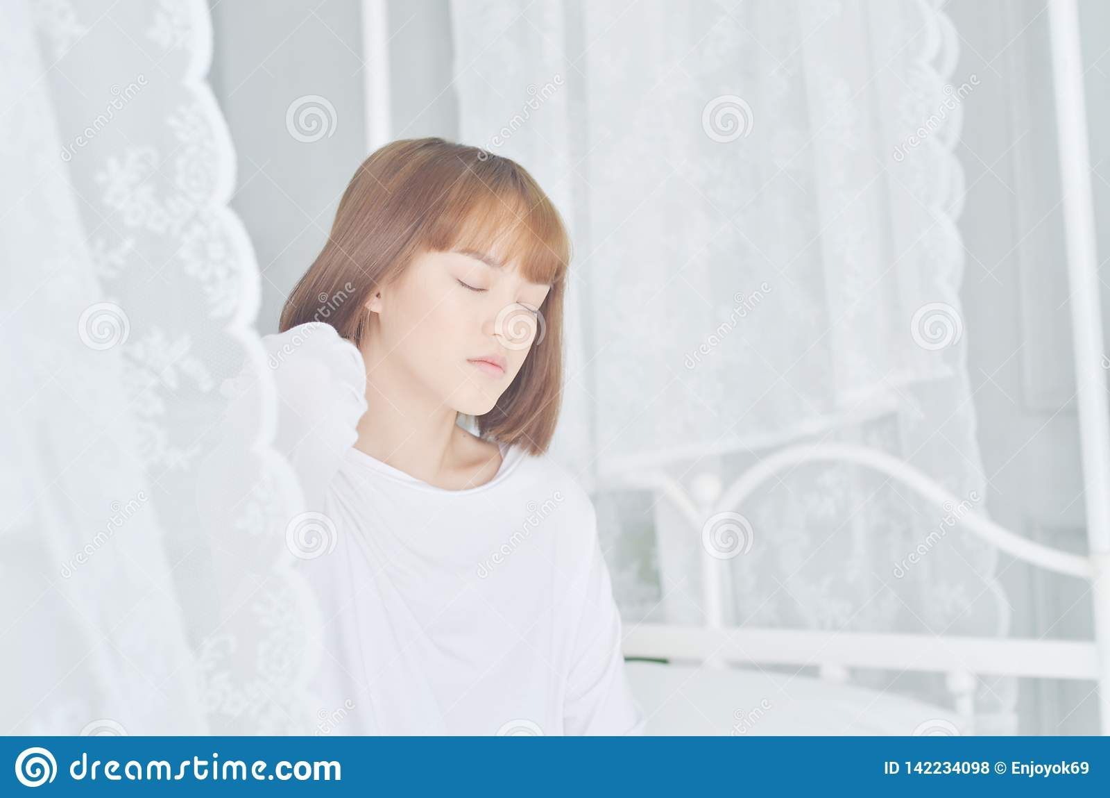 De vrouwen die witte overhemden dragen ontwaakten enkel