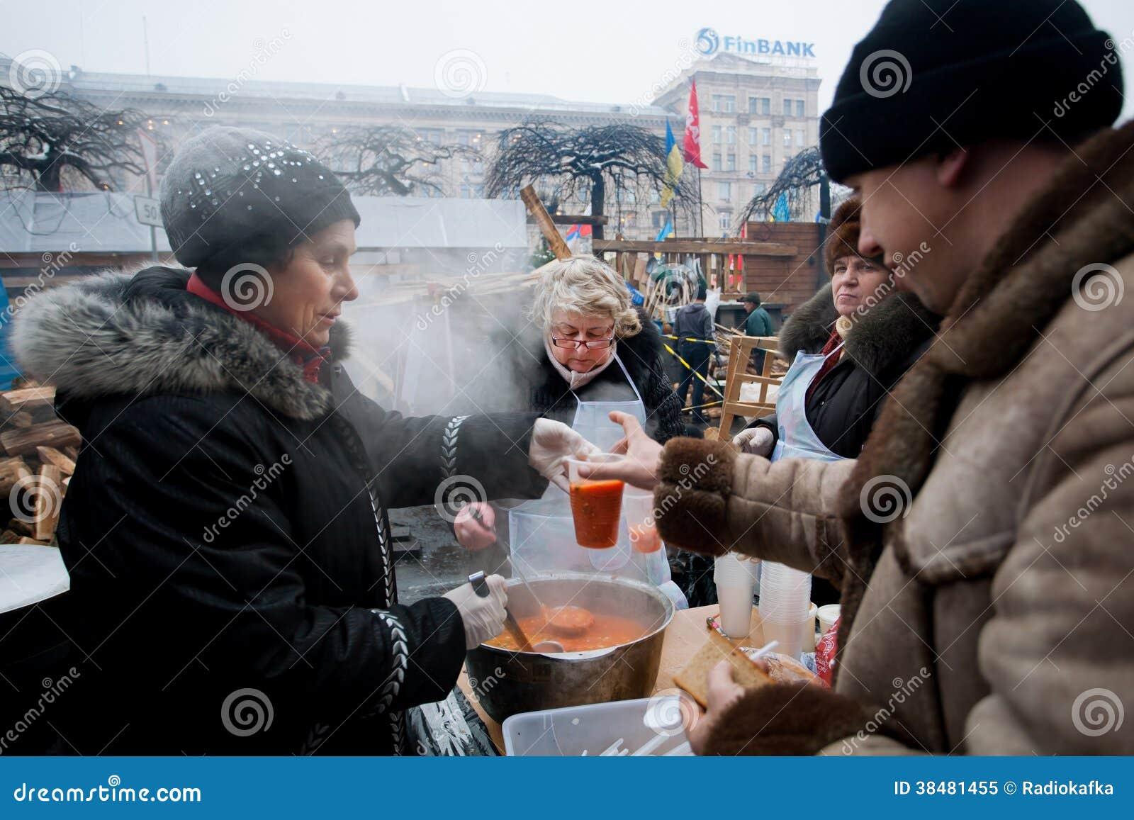 De vrouwen koken traditionele borsjt openlucht redactionele afbeelding beeld 38481455 for Beeldkoken