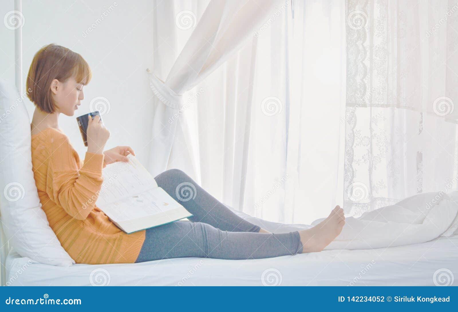 De vrouwen lezen boeken in de ruimte
