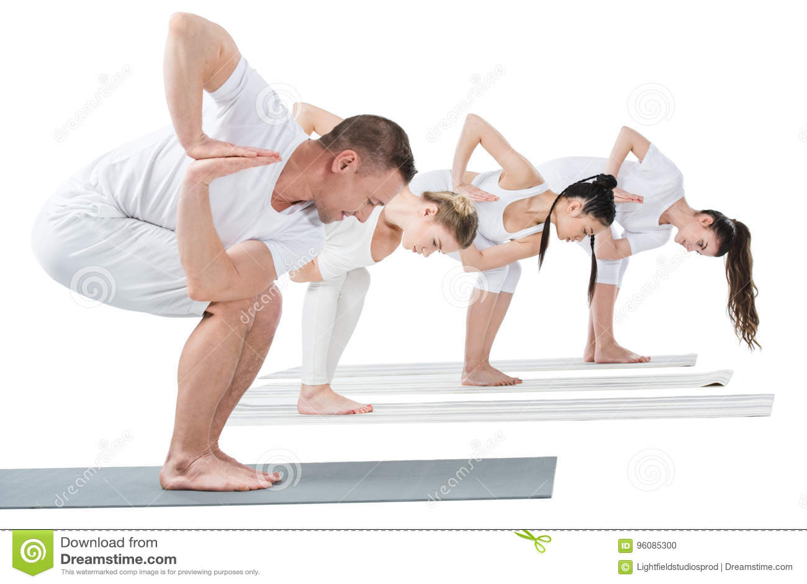 De vrouwen met trainer die Gedraaide stoelyoga uitoefenen stellen op matten