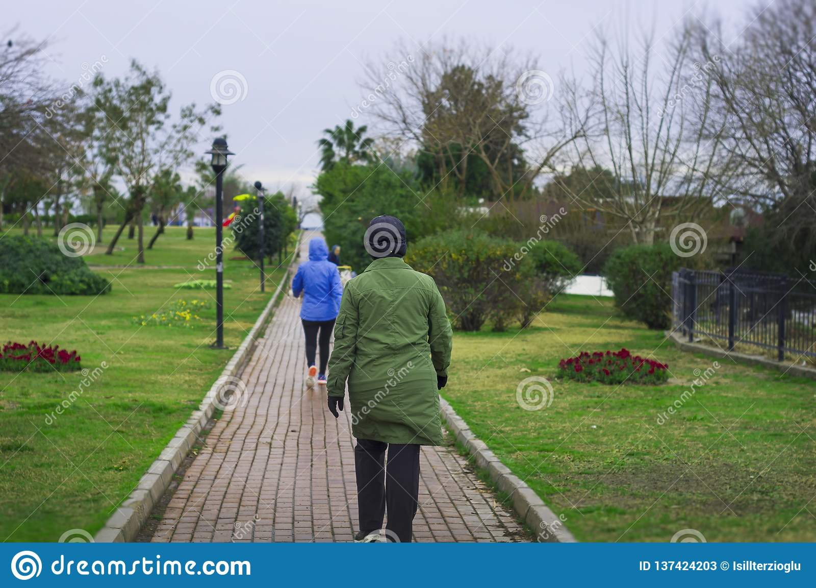 De vrouwen oefenen het lopen in het park uit