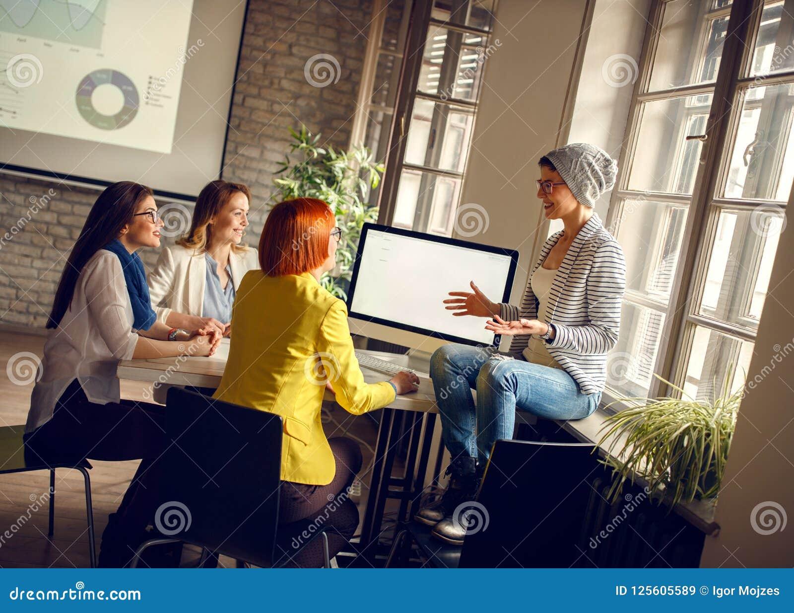 De vrouwen op het werk stelt ideeën voor zaken voor