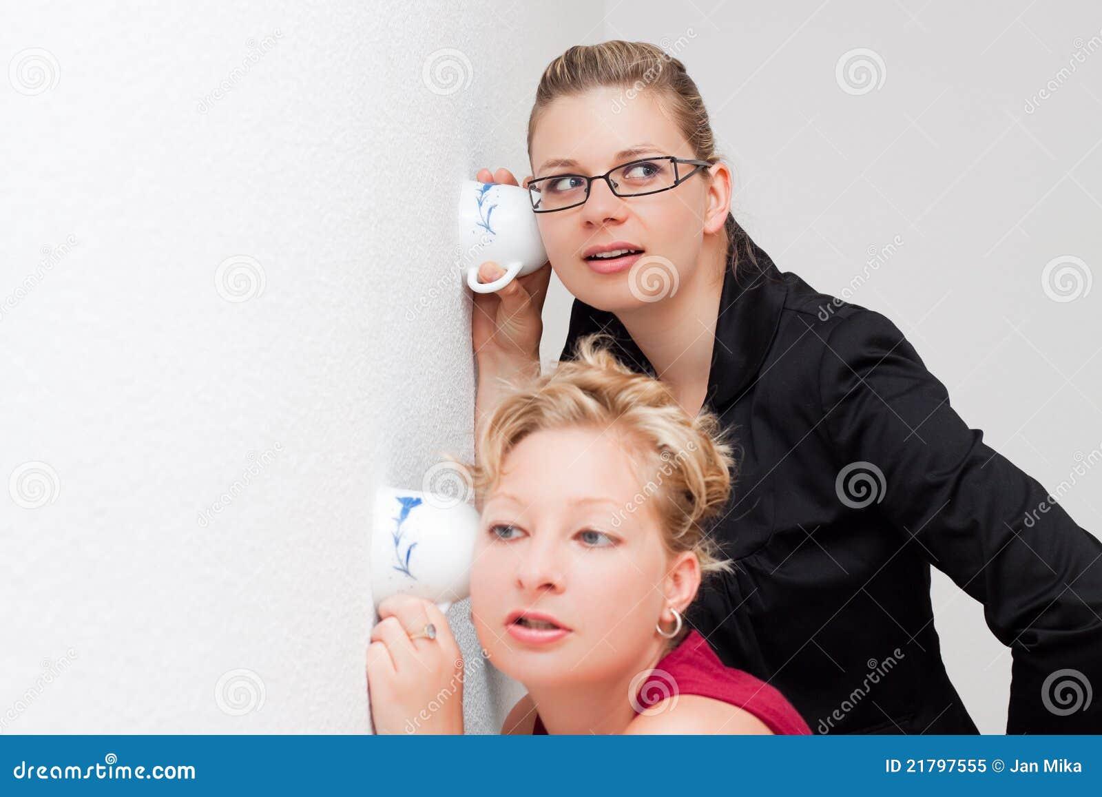 De vrouwen spioneren