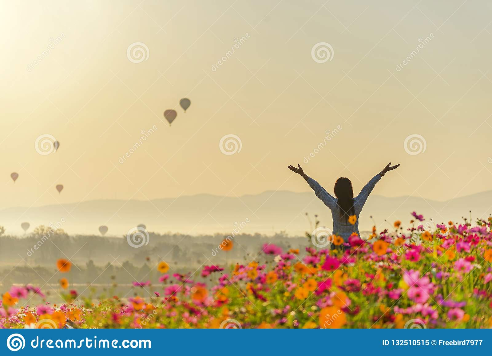 De vrouwen van de levensstijlreiziger heffen hand op vindend goed en gelukkige vrijheid ontspan en de brandballon zie