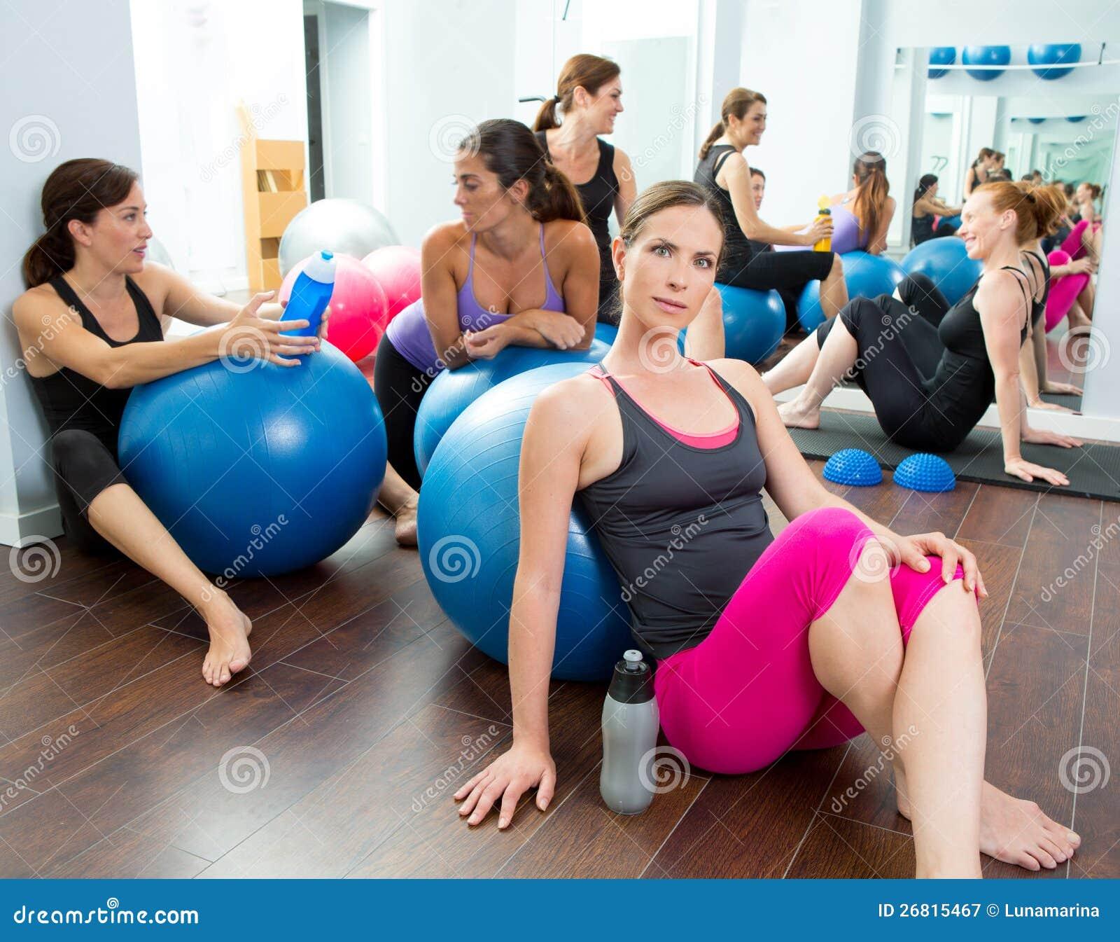 De vrouwengroep die van de aerobics pilates een rust heeft bij gymnastiek