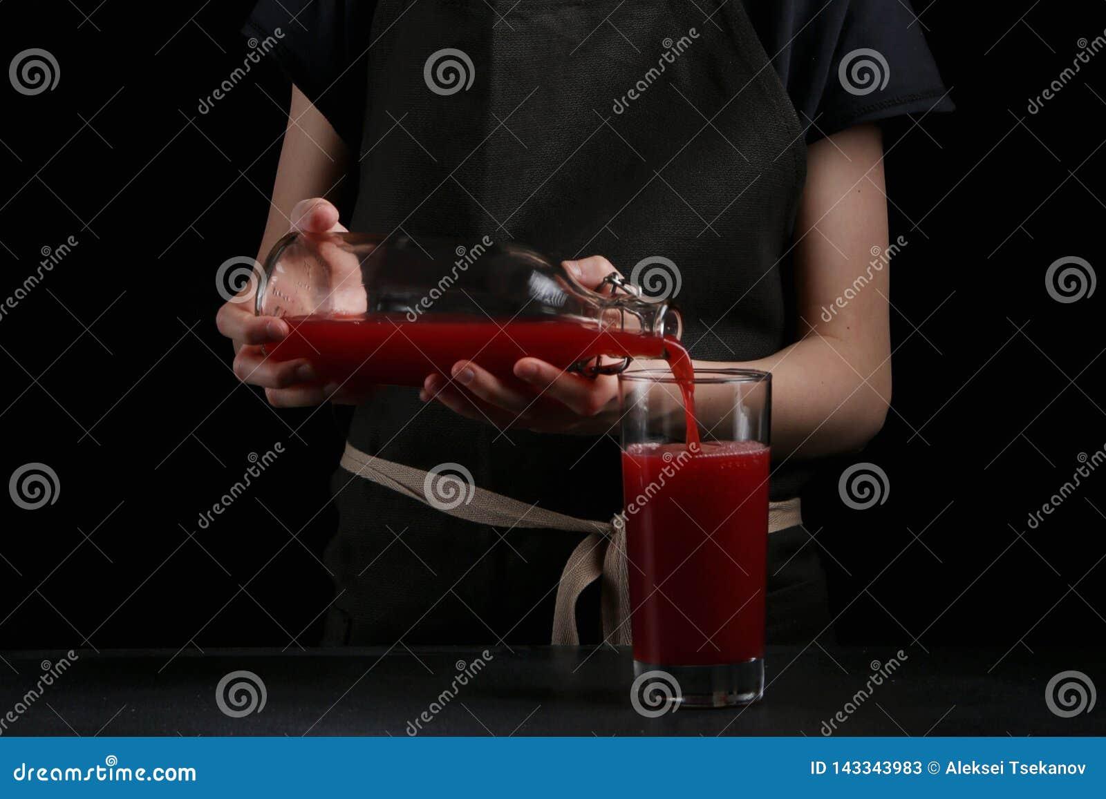 De vrouwenhand maakt cocktail dichte omhooggaand De drank van de zomer