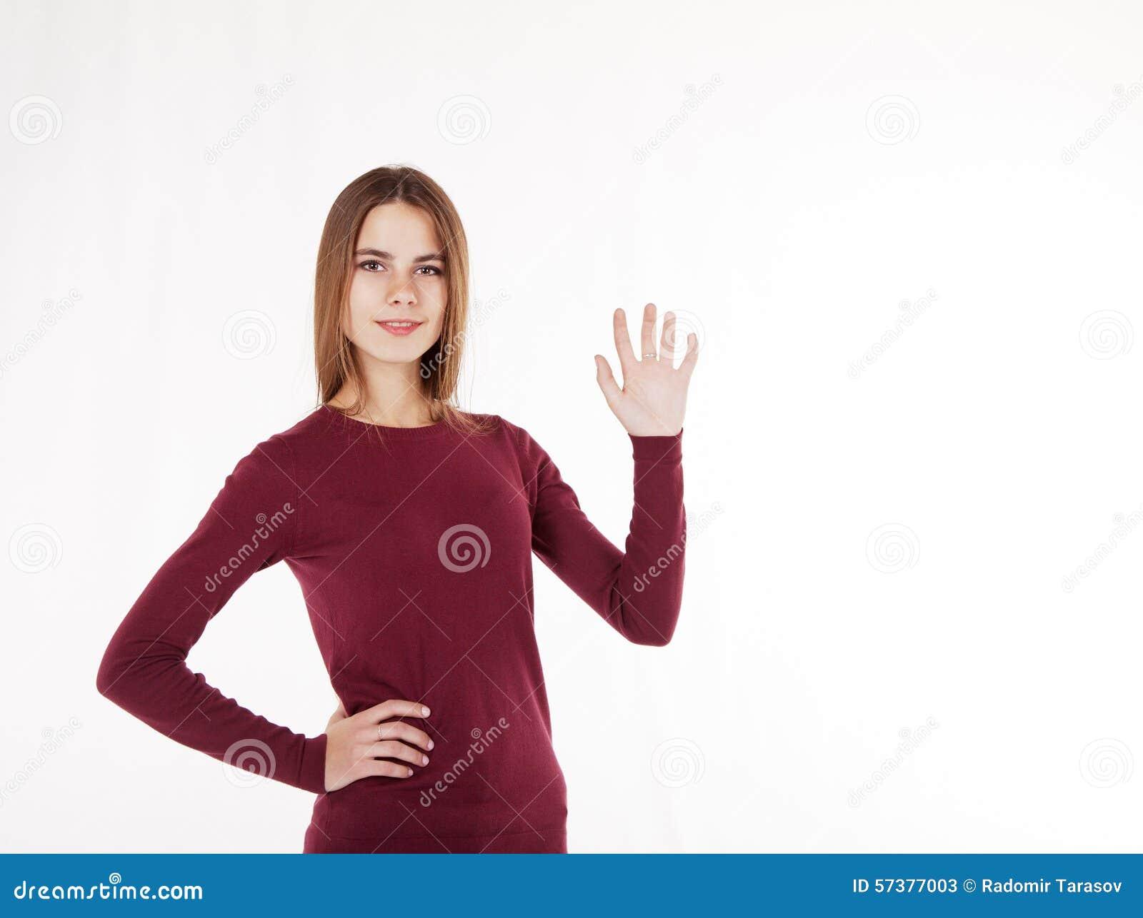 De vrouwenholding in haar overhandigt een denkbeeldige plaat