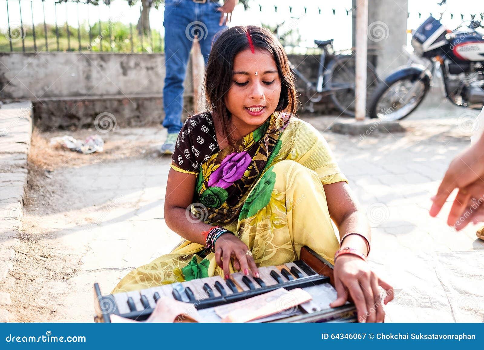 De vrouwenman die de muziek spelen
