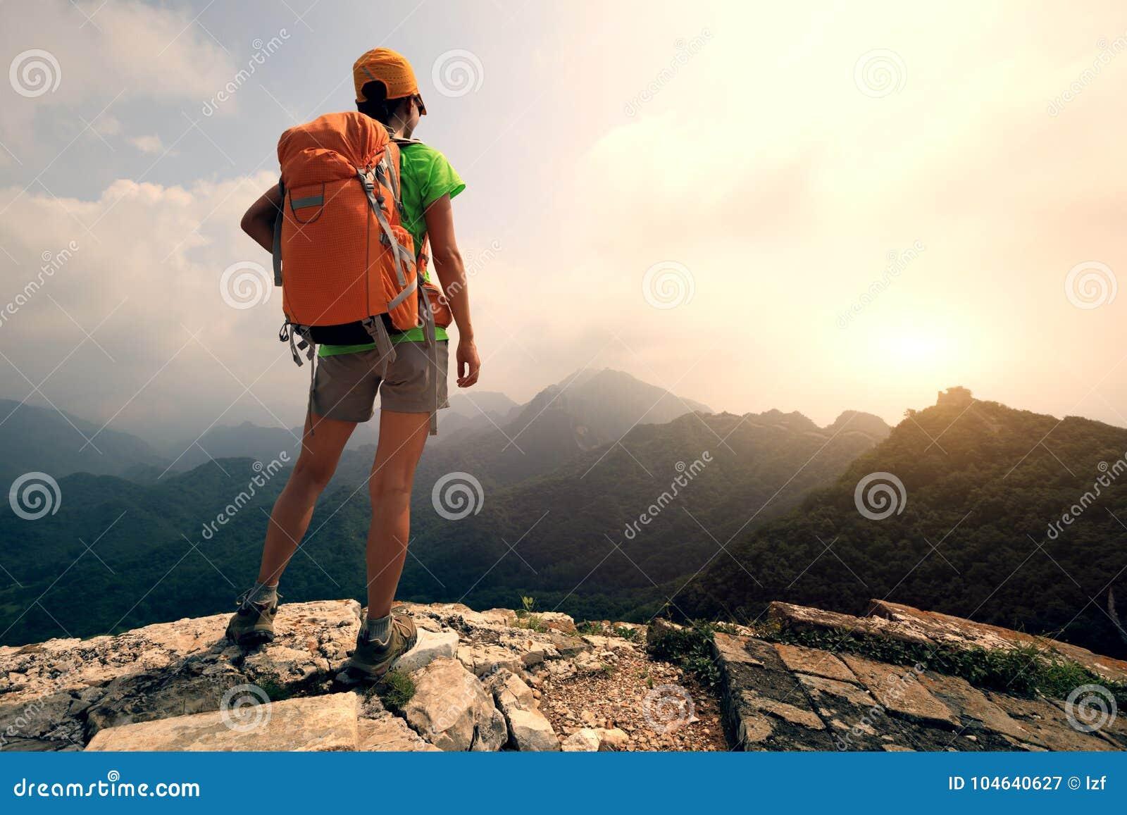 Download De Vrouwenwandelaar Geniet Van De Mening Over De Bovenkant Van Grote Muur Stock Afbeelding - Afbeelding bestaande uit japans, plezier: 104640627