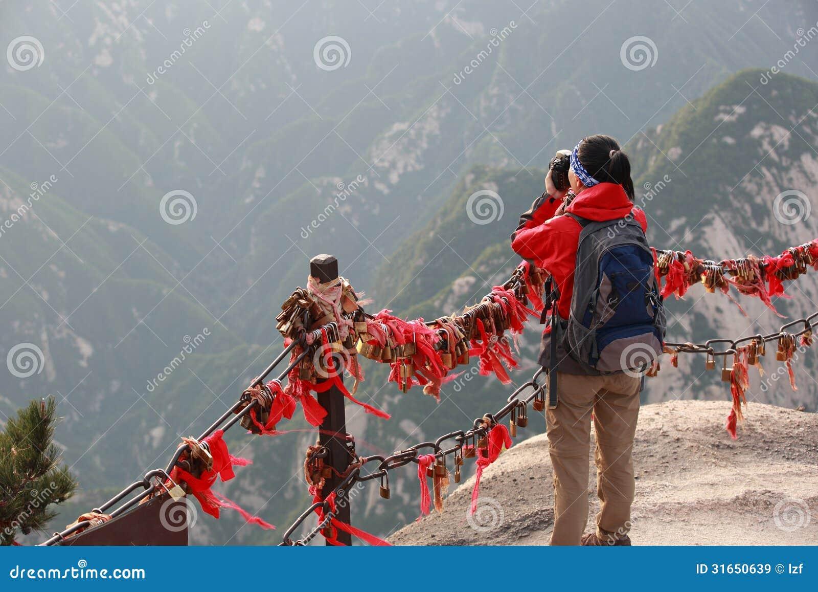 De vrouwenwandelaar neemt foto