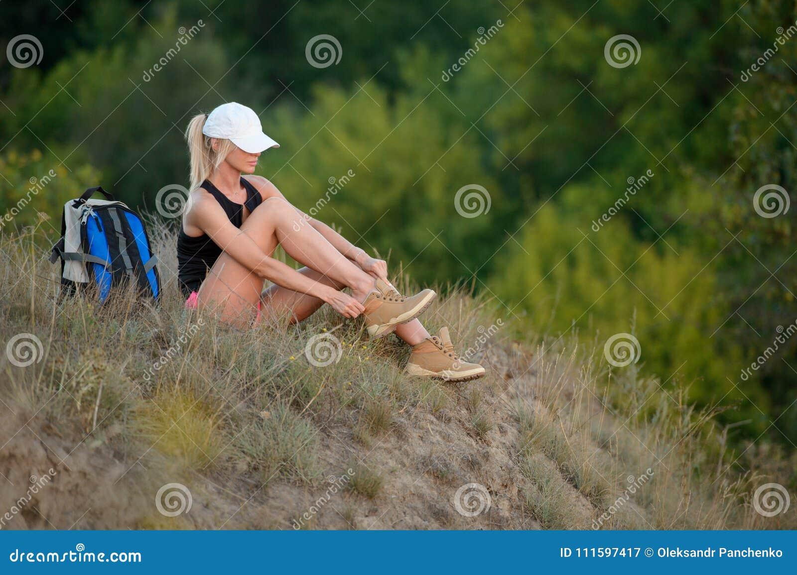 De vrouwenwandelaar stijgt uw schoenen op of maakt uw schoenveter los