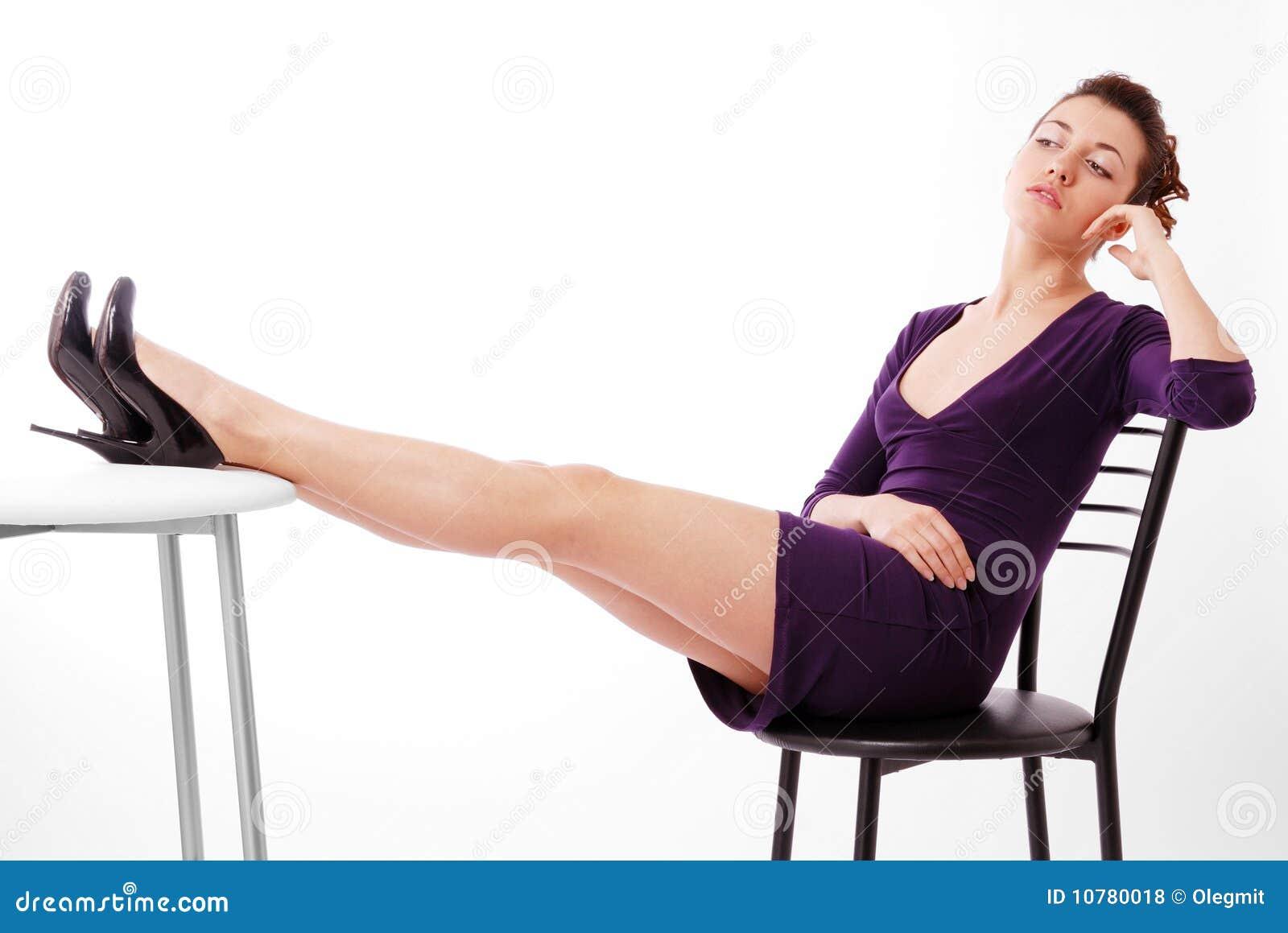 De vrouwenzitting van de jeugd op stoel en het denken.