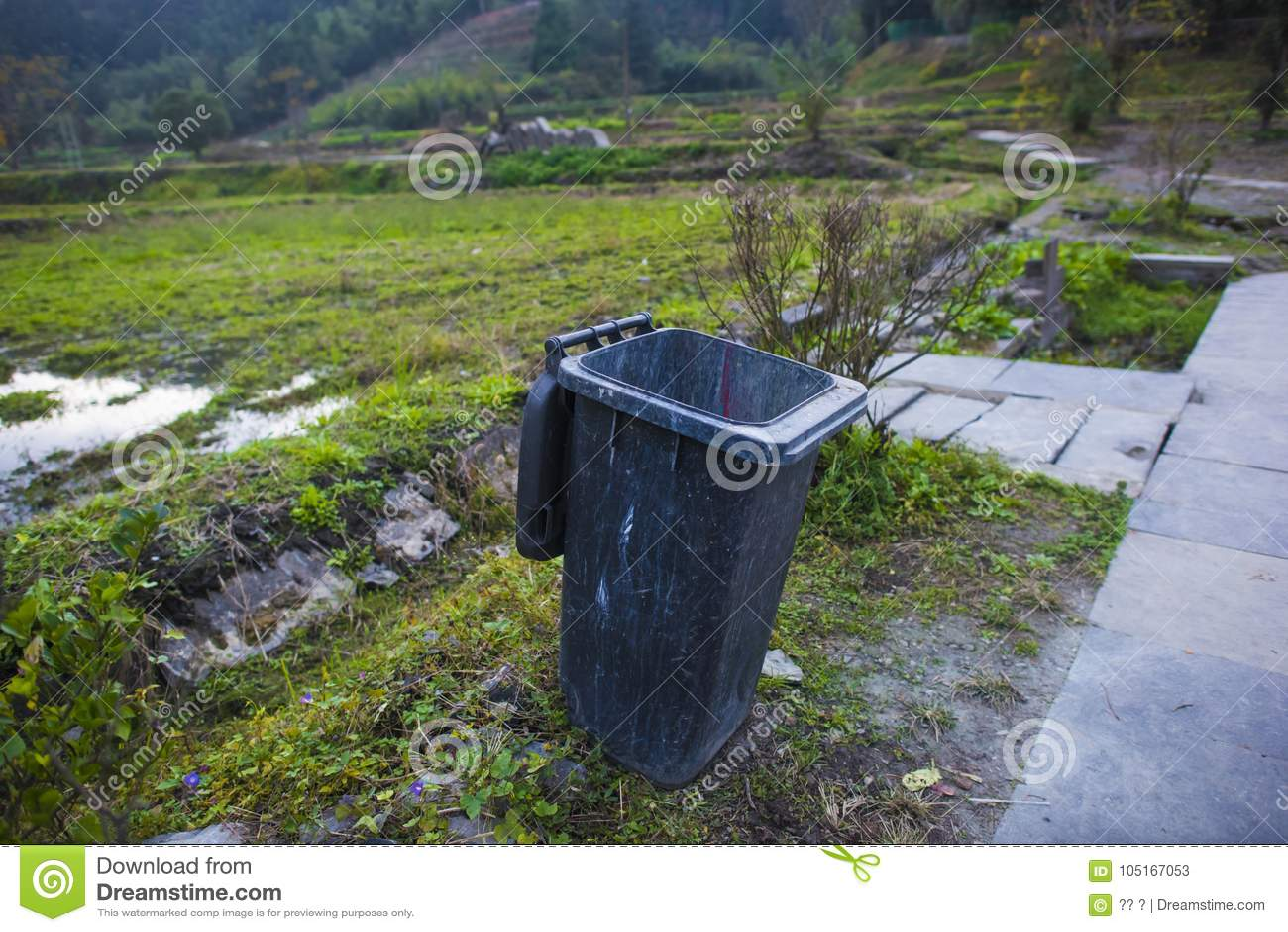 De vuilnisbak op de rand van het gebied