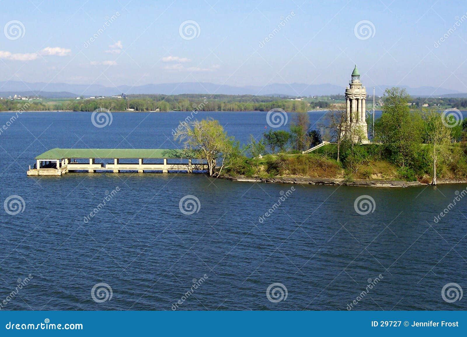 De Vuurtoren van Champlain van het meer