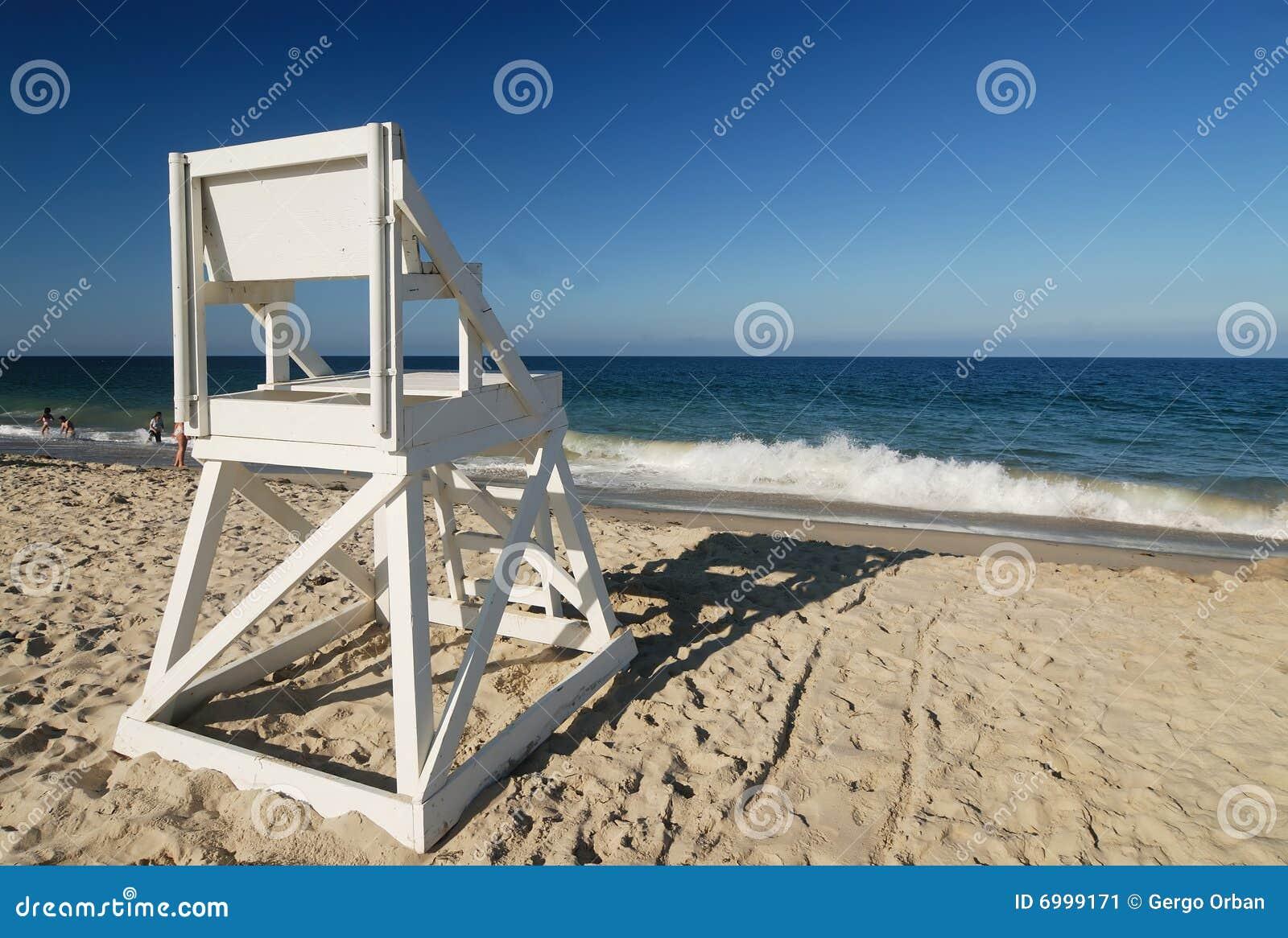 De wachtzetel van het leven bij perfect strand