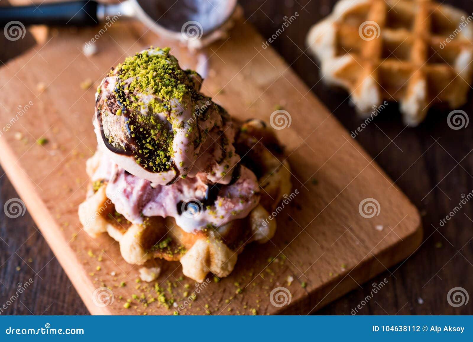 Download De Wafel Van België Met Roomijs Op Houten Oppervlakte Stock Foto - Afbeelding bestaande uit stroop, ontbijt: 104638112