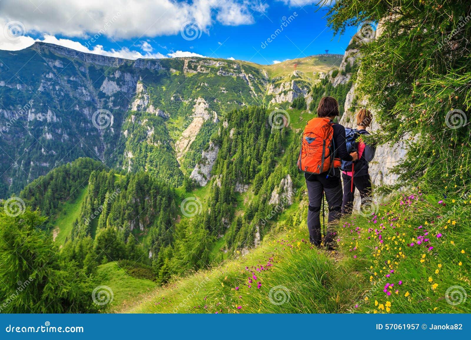 De wandelaars die van de jonge vrouw in bergen, Bucegi, de Karpaten, Transsylvanië, Roemenië lopen