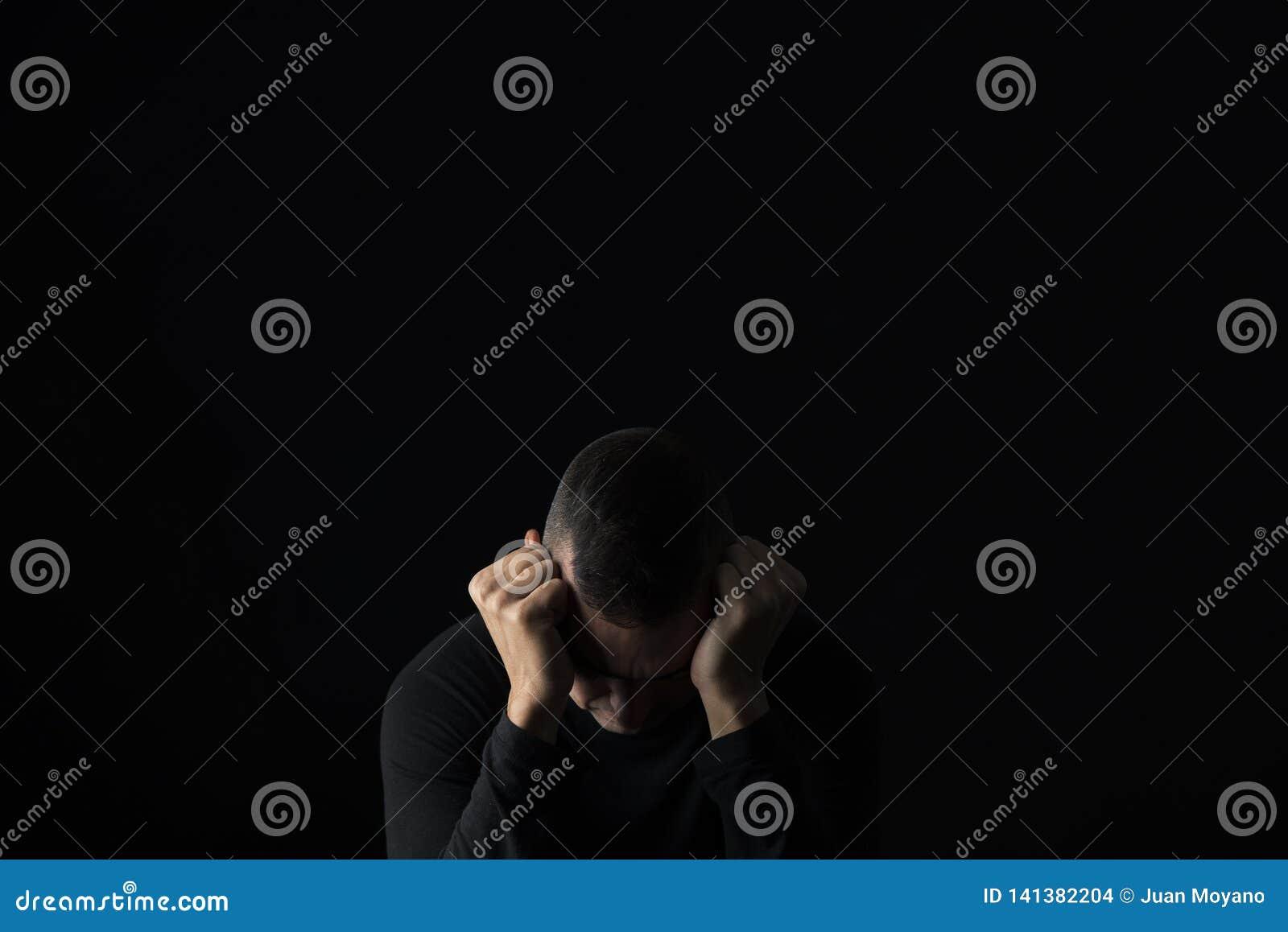 De wanhopige mens met van hem dient zijn hoofd in