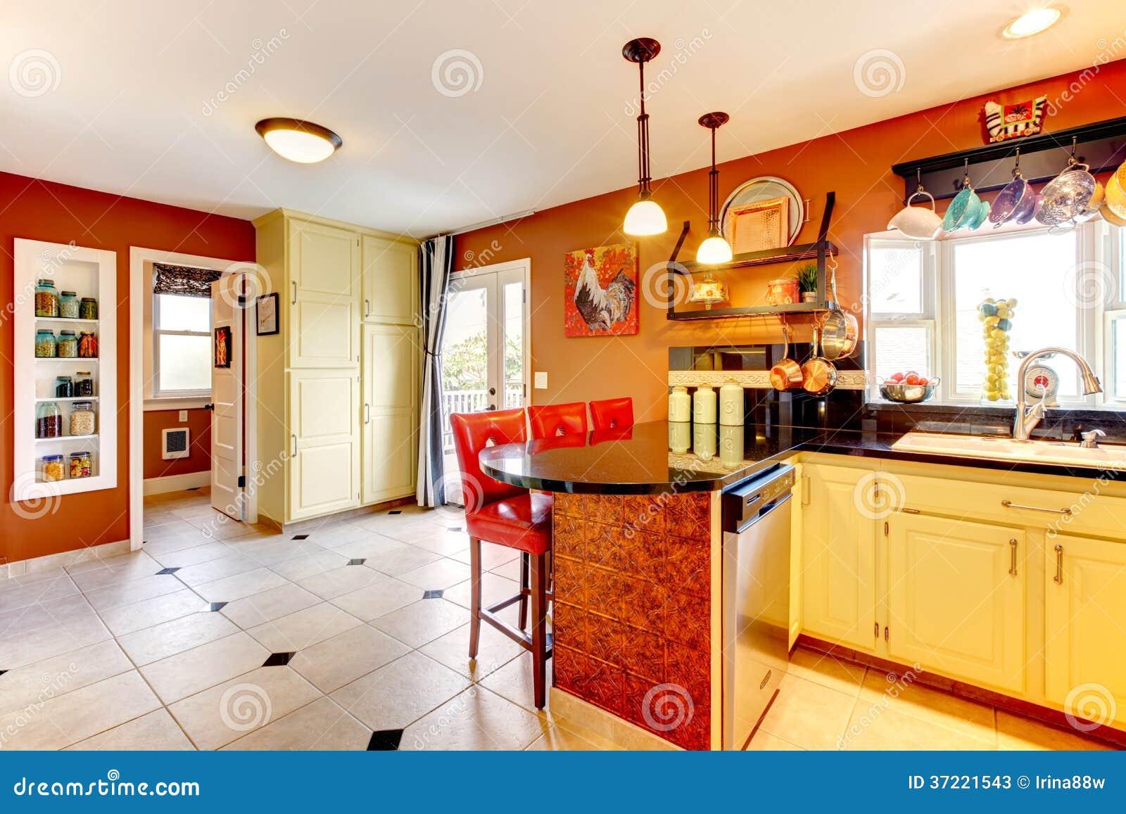 Keuken Kleine Kleur : De warme ruimte van de kleuren comfortabele keuken stock