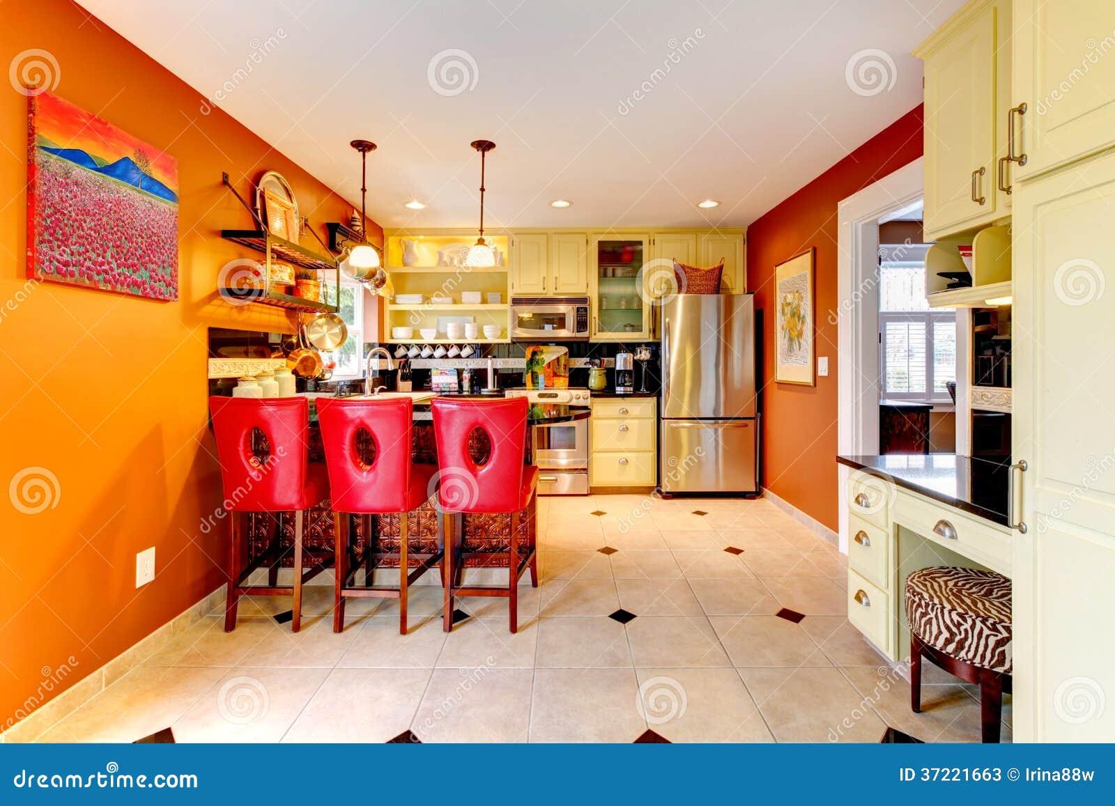De warme ruimte van de kleuren comfortabele keuken stock foto 39 s afbeelding 37221663 - Keuken kleine ruimte ...