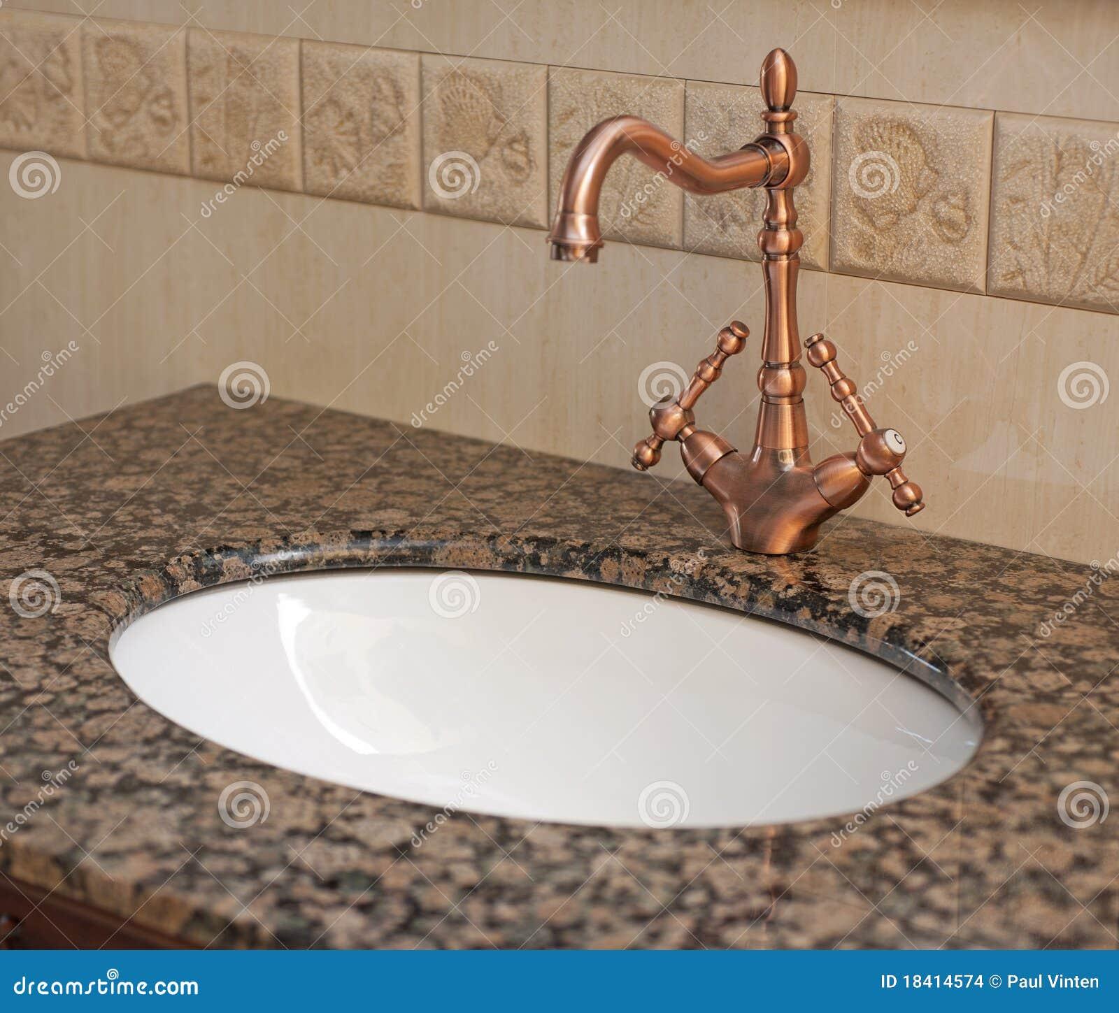 De wasbak en de kraan van de badkamers stock afbeeldingen afbeelding 18414574 - Vormgeving van de badkamer kraan ...