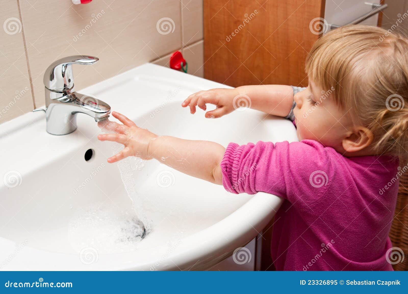 De washanden van het meisje