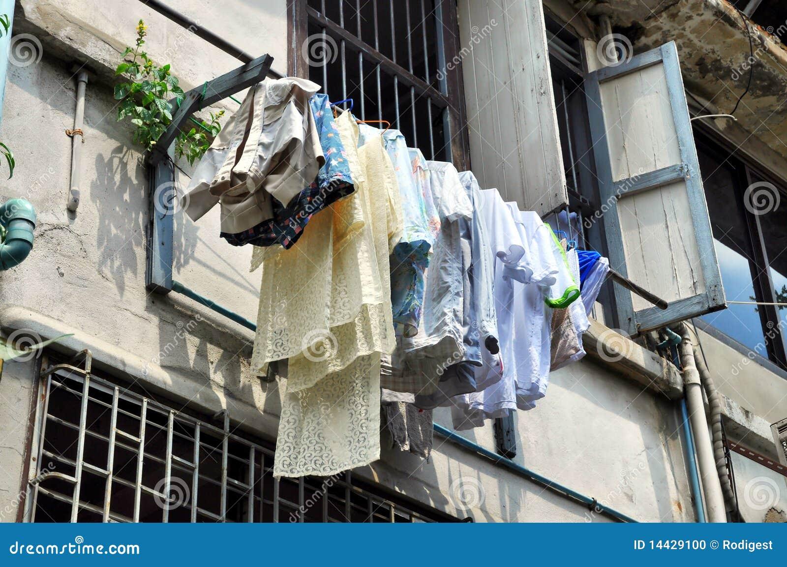 De waslijn van de was buiten huis stock foto afbeelding 14429100 - Huis van kind buiten ...