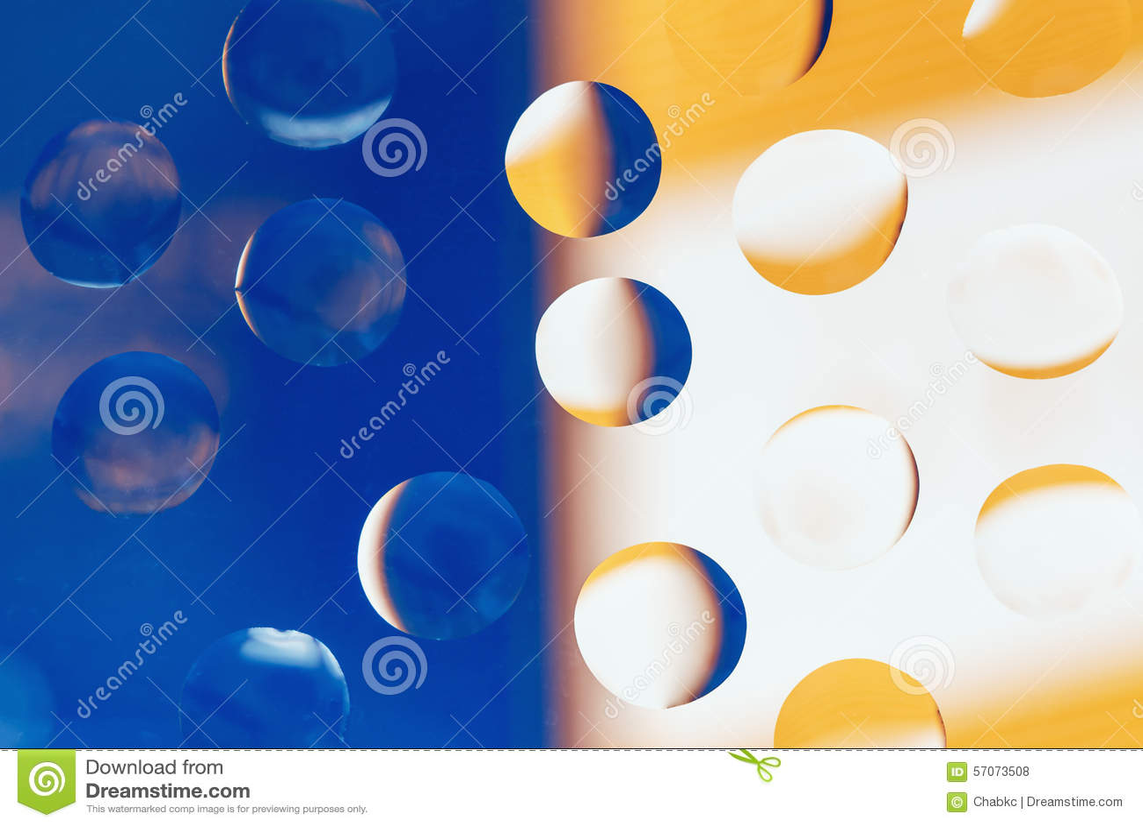 De waterdruppeltjes kleuren twee