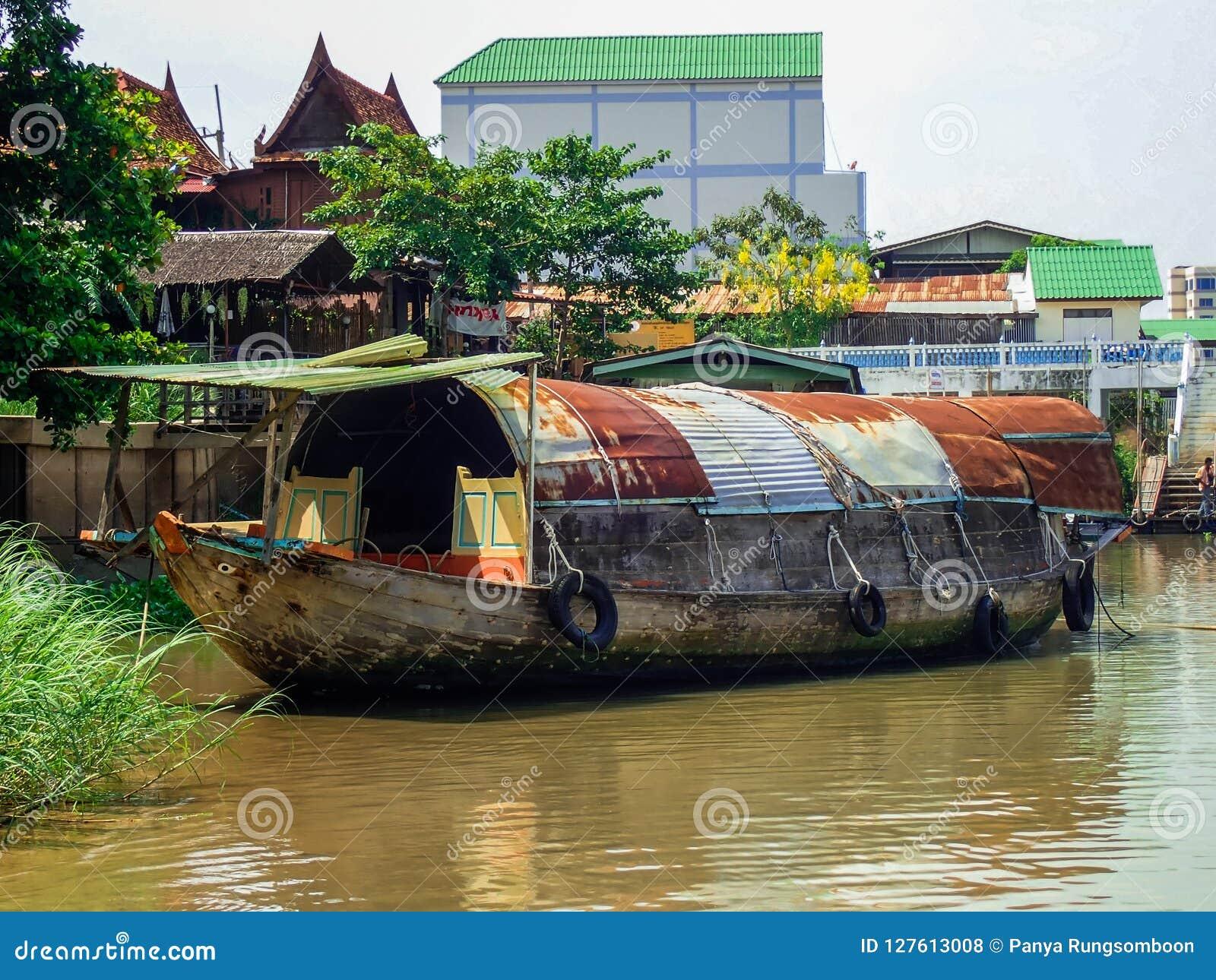 De waterkantboot van de aardrivier