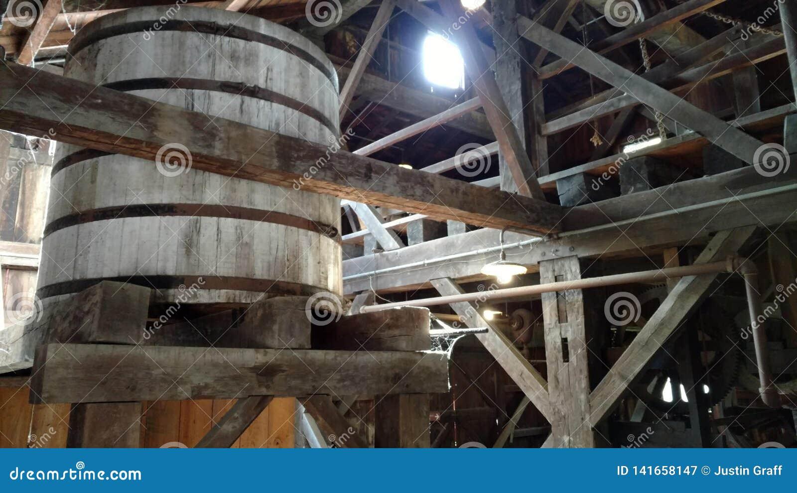 De watertoren in een zaagmolen met spinnewebben als zonlicht glanst door
