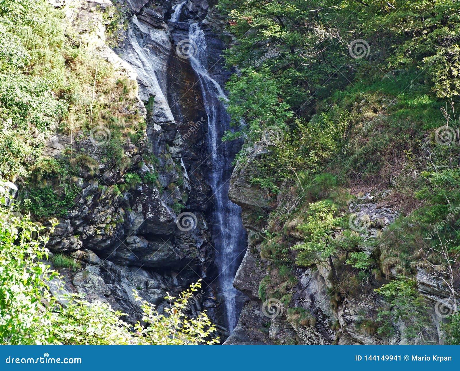 De waterval van Giumaglio of La-cascata Di Giumaglio in Vallemaggia, Magische Vallei of Valle Magia Valle Maggia