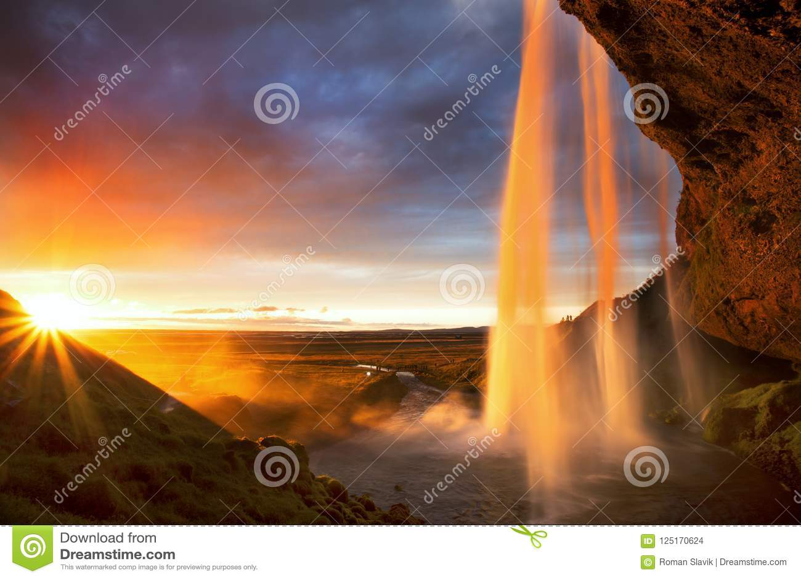 De waterval van Seljalandfoss bij zonsondergang, IJsland