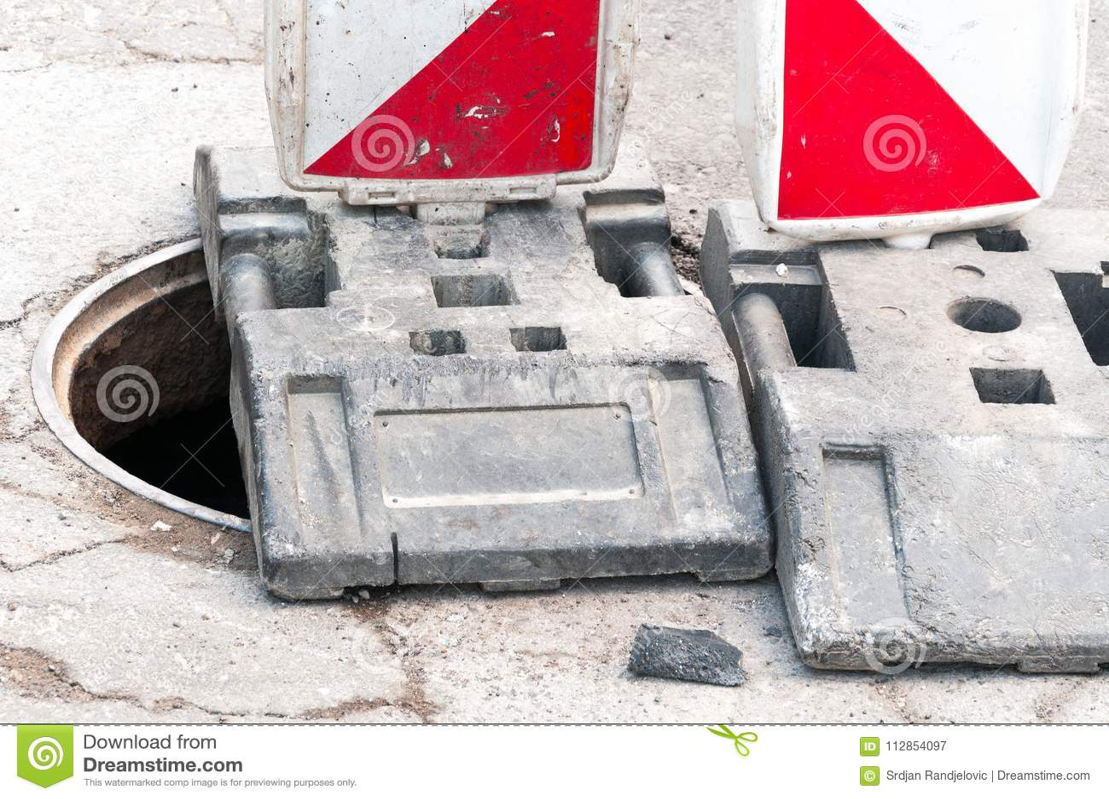 De wederopbouwplaats van de het werk vooruit straat met teken en omheining als wegbarricade