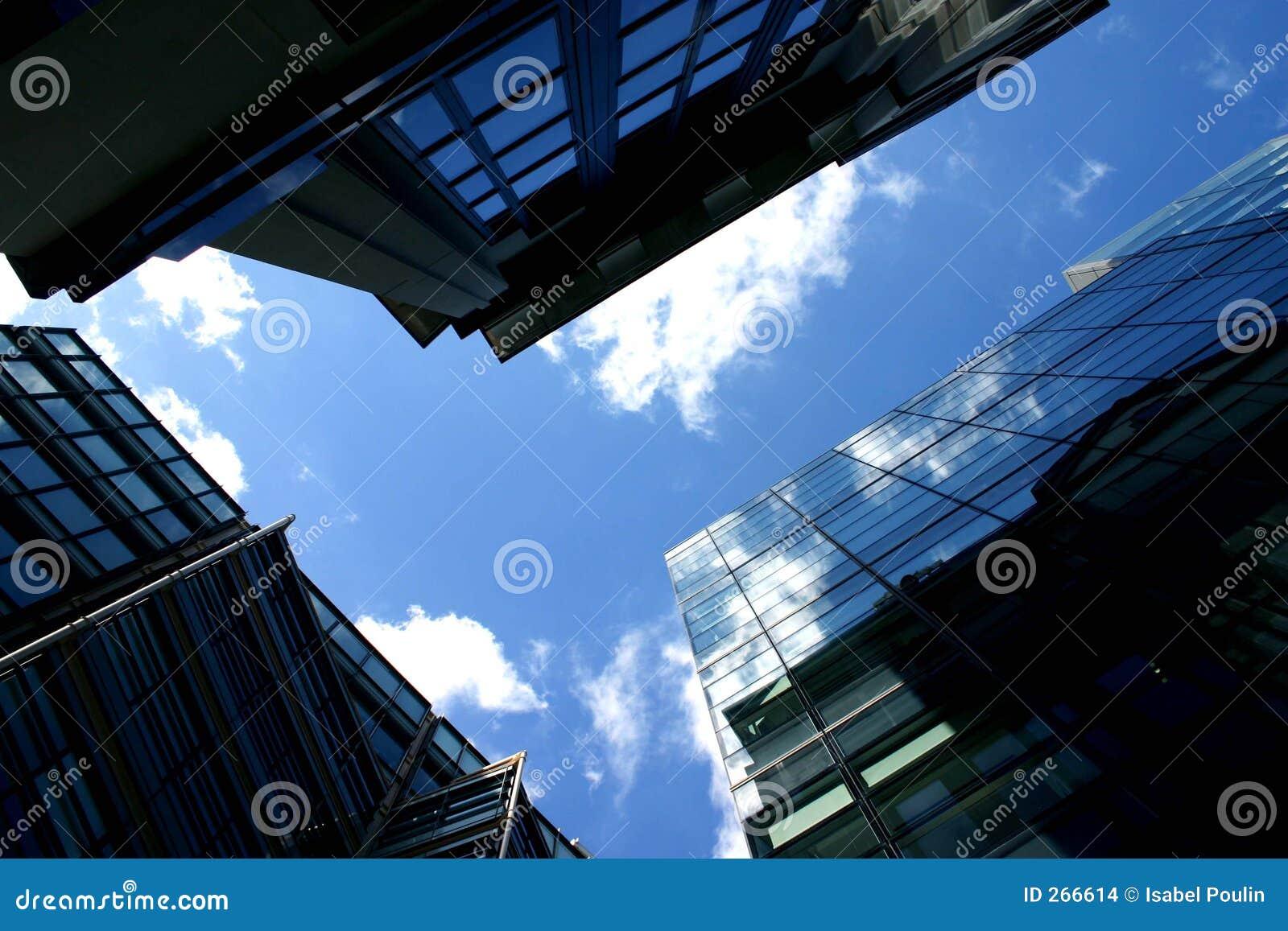 De weerspiegelde bouw
