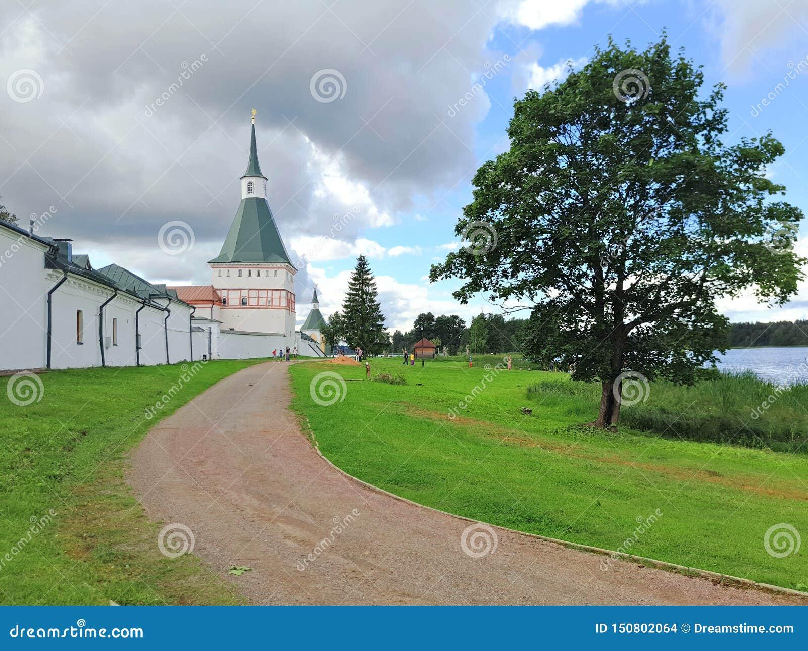 De weg die de muren van het oude klooster overgaan
