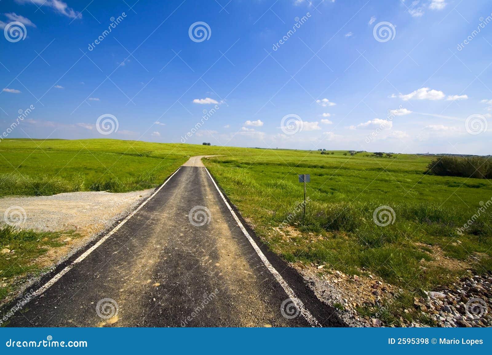 De weg die van het tarmac gebieden kruist