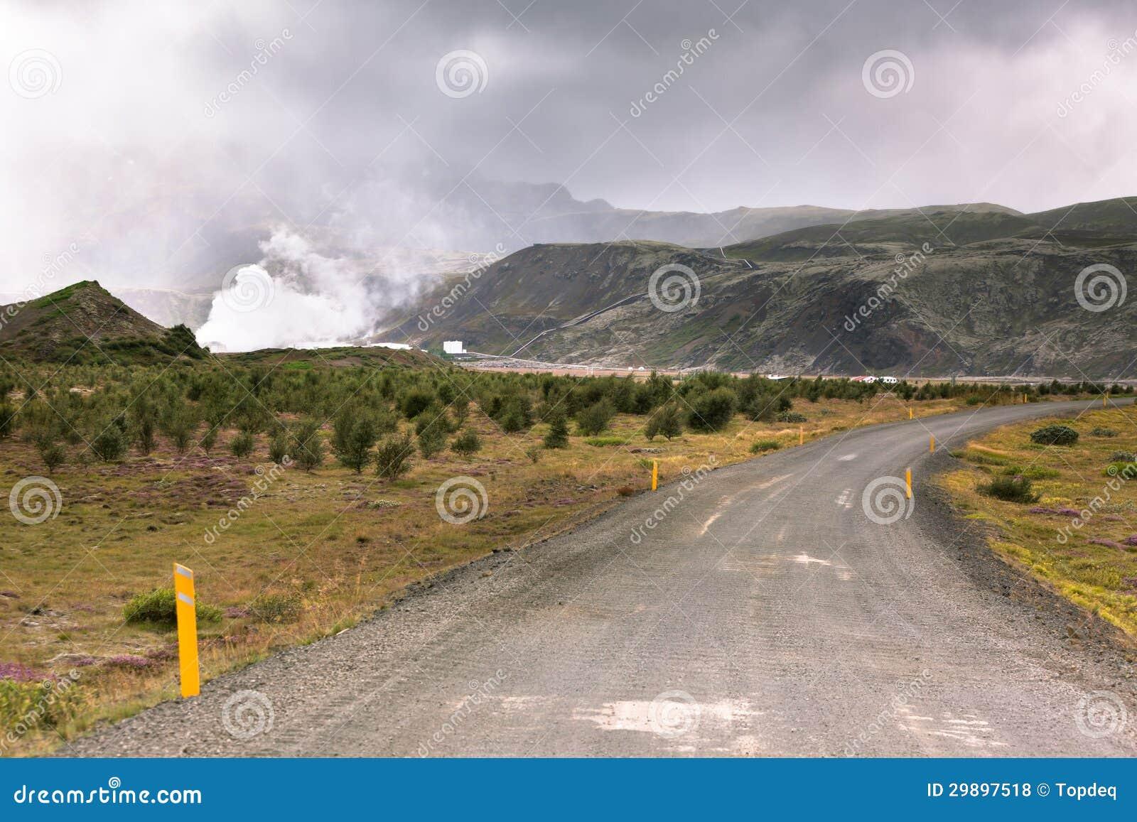 De Weg van het grint door Geothermisch Gebied in IJsland