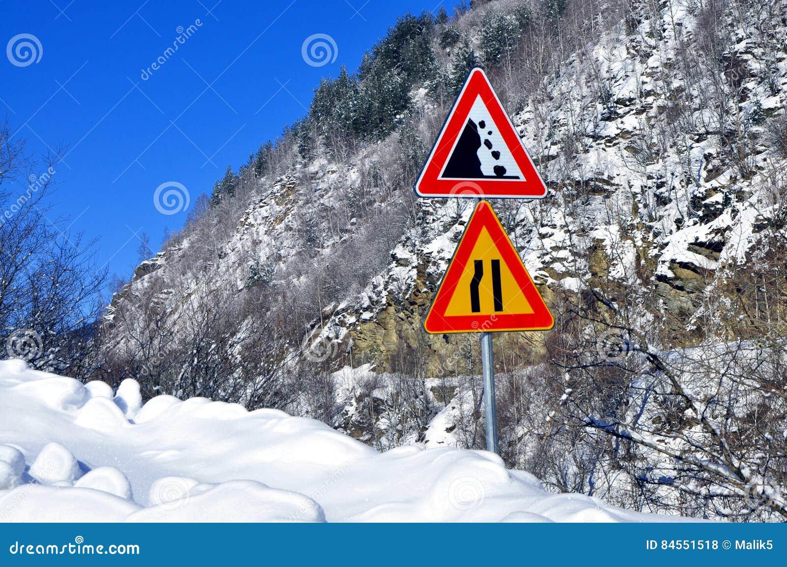 De weg van het grondverschuivingsrisico en de Weg versmallen teken