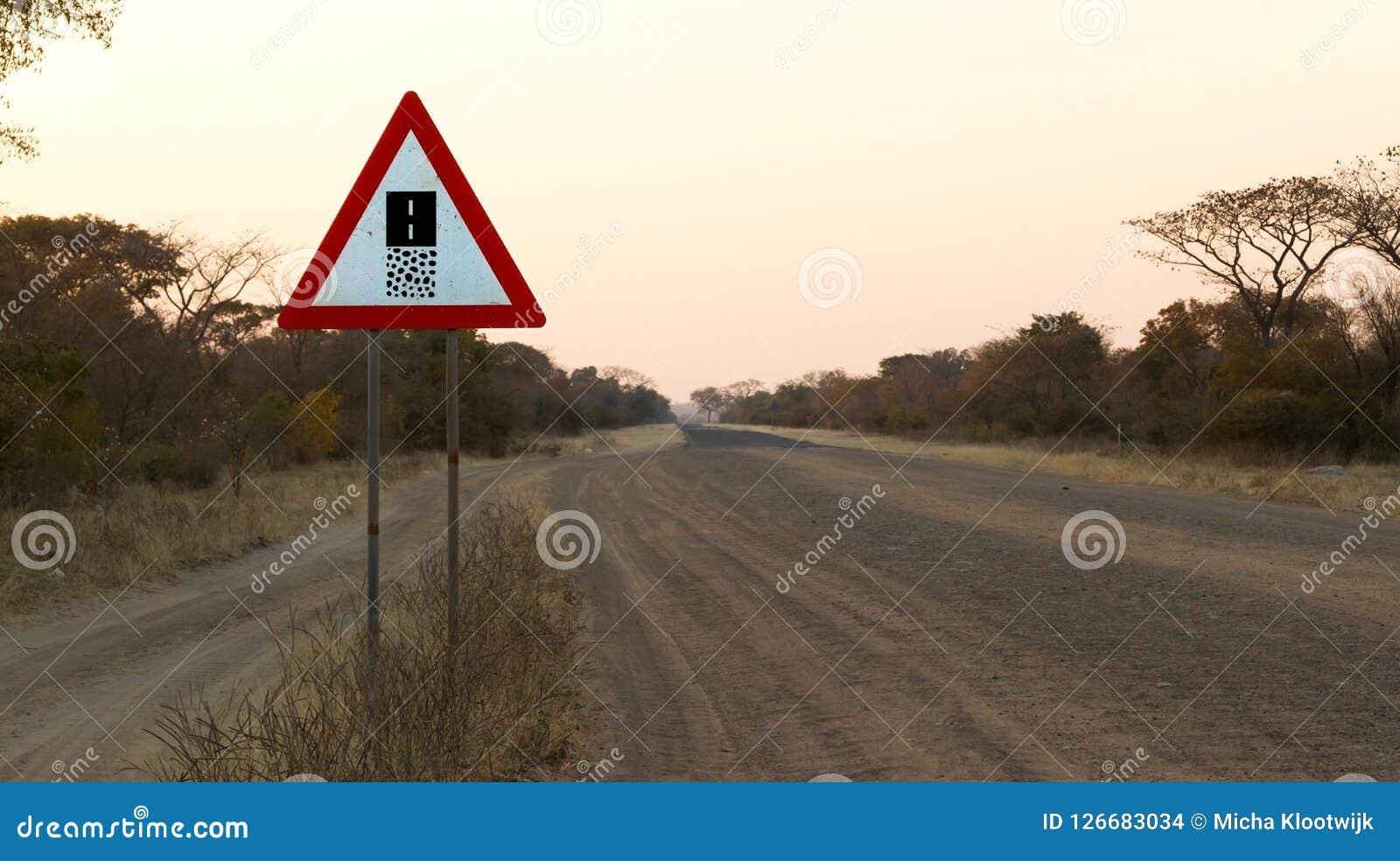 De weg van het tekengrint - waarschuw het eind van een grintweg