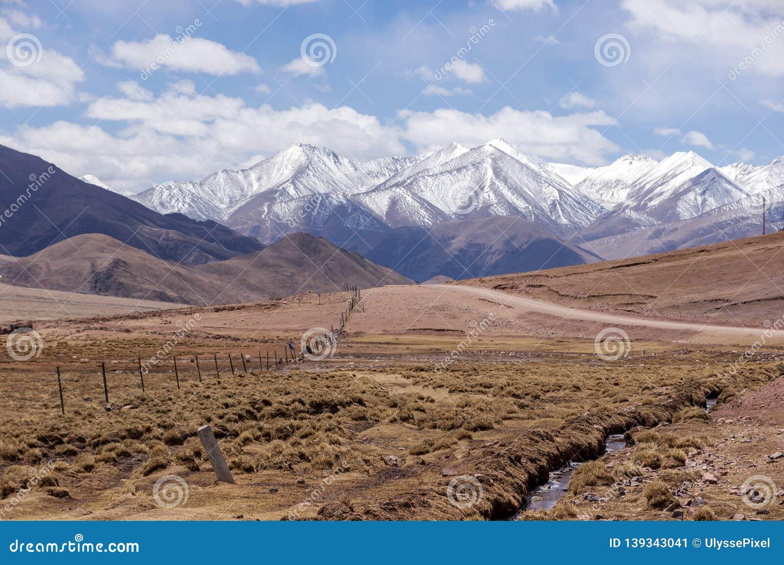 De weg van de vuilberg in Tibet