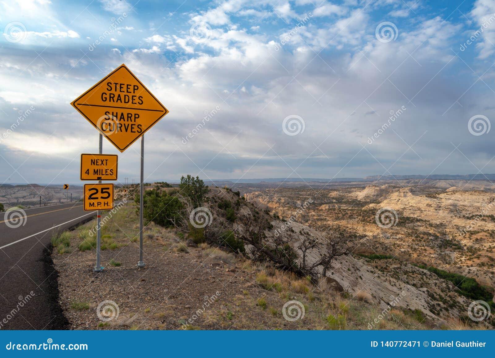De weg voorziet voor een windende weg, Utah van wegwijzers