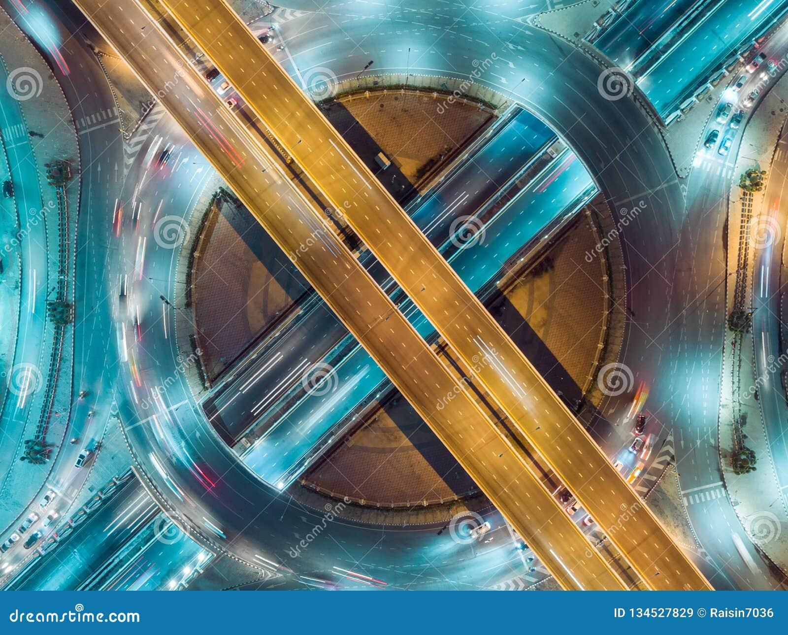 De wegkruising van de satellietbeeldweg bij nacht voor vervoer, distributie of verkeersachtergrond