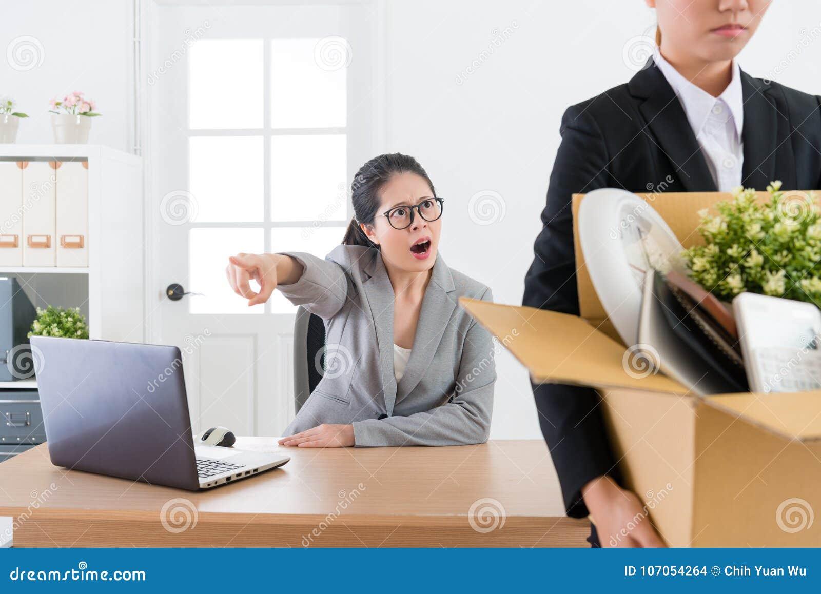 De werknemersmeisje van de bedrijfsleider schreeuwend schuld