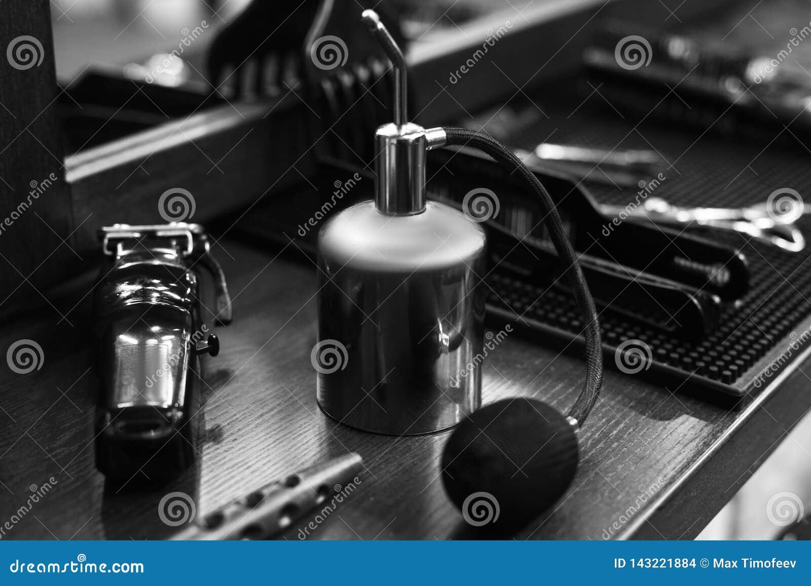De werkplaats van de kapper Hulpmiddelen voor een kapsel Zwart-wit beeld