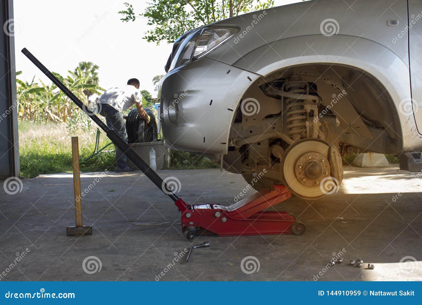 De werktuigkundige verwijdert de pick-upbanden gebruikend de rode hefboom