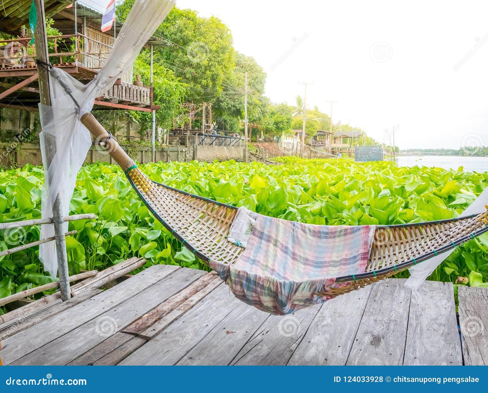 De wieg van Traditonal het Thaise cuture hangen op het vlot bij de hyacint van het rivierwater Ontspan tijd in de sunnyday vakant