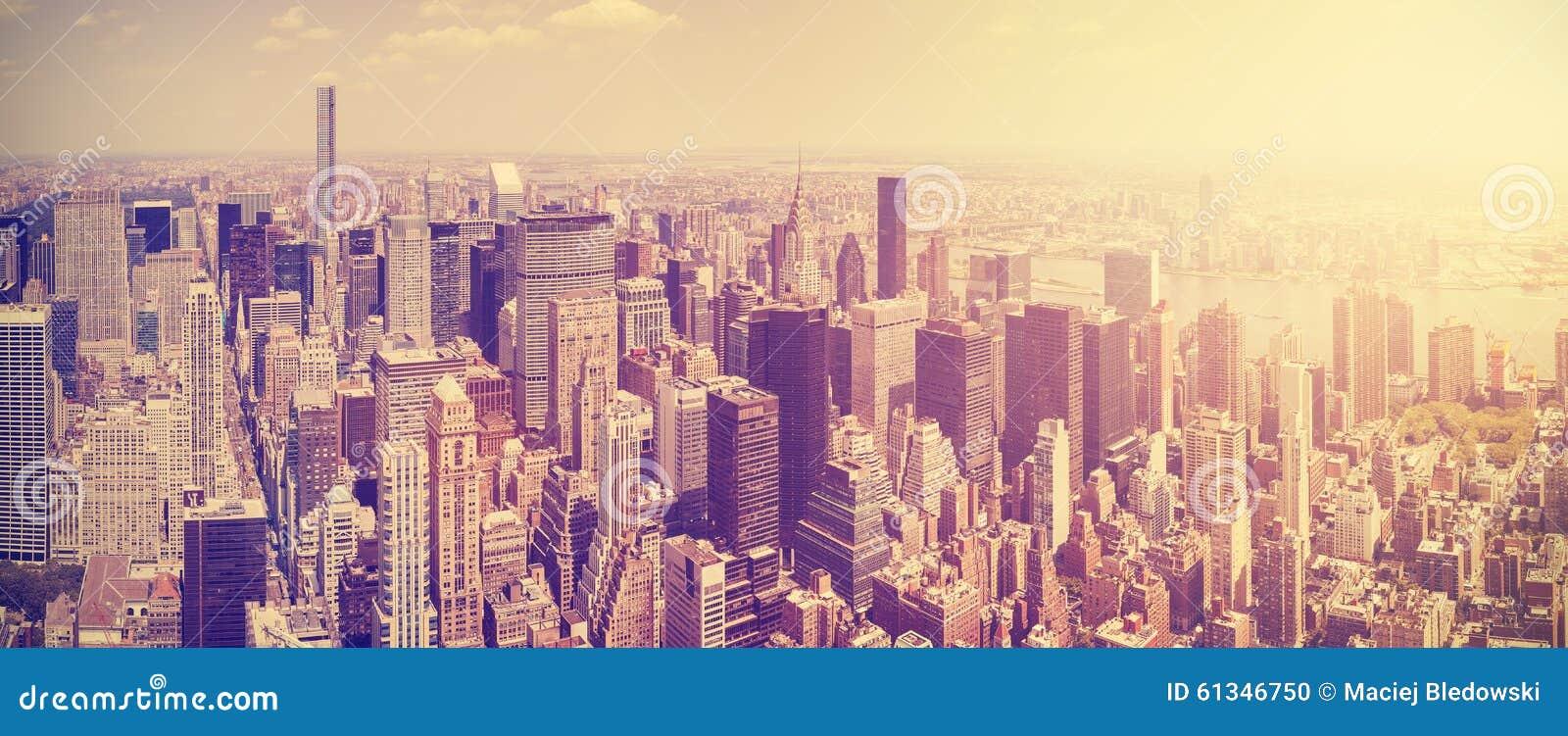 De wijnoogst gestemde horizon van Manhattan bij zonsondergang