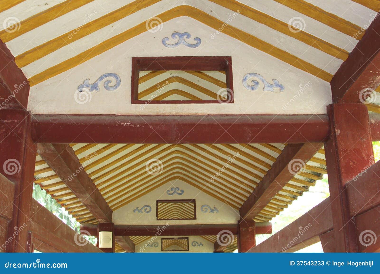 De wijnoogst verfraaide houten plafond in een oude galerij in china stock foto 39 s afbeelding - Verf een houten plafond ...