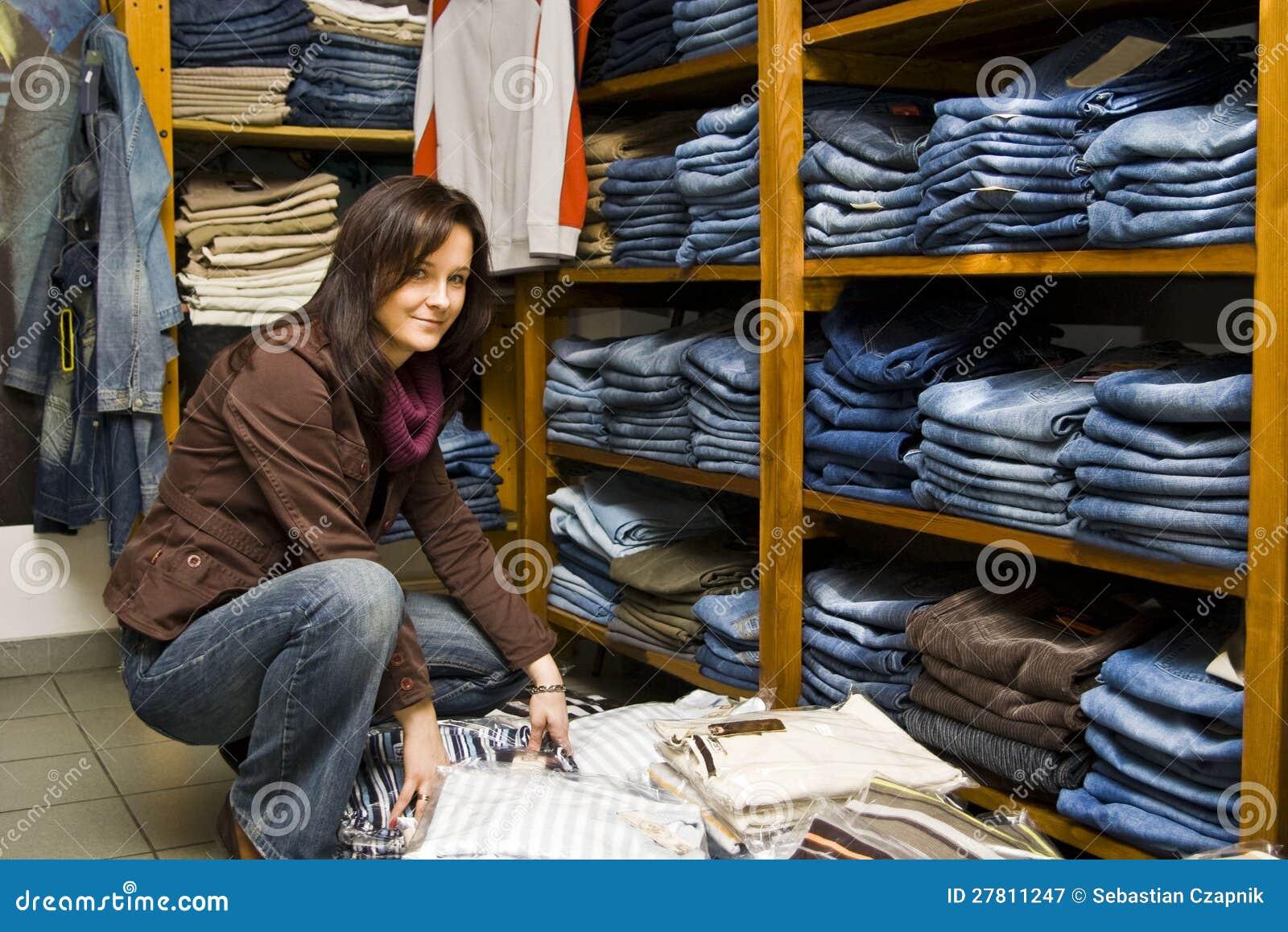 De winkelvrouw van jeans