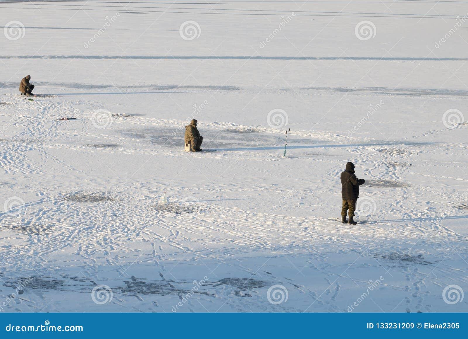 De winter die op het eerste ijs vissen